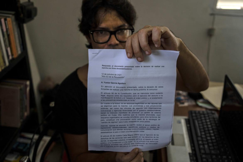 Il drammaturgo Yunior García mostra alla Ap la risposta negativa del governo cubano